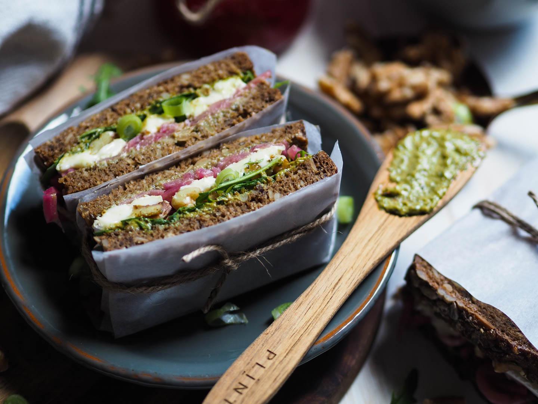 Dansk rugbrød med brie, syltet løk, valnøtter_P4270105