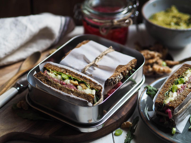 Dansk rugbrød med brie, syltet løk, valnøtter_P4270136