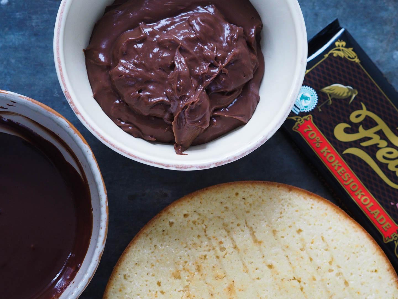 freia-sjokoladedrom_vaniljekake-med-sjokoladekrem_pa120356