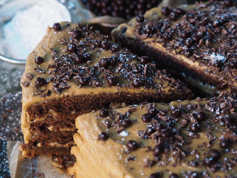 sjokoladekake-med-kaffe-og-karamellglasur_pa290706