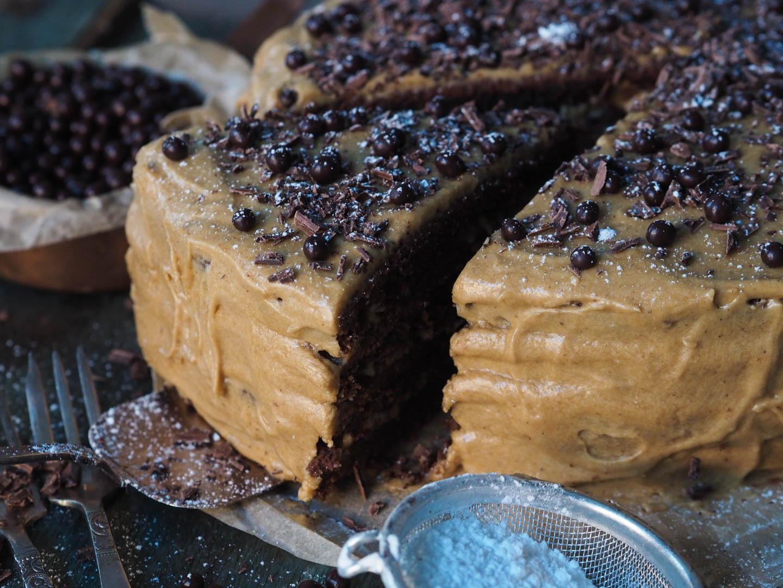 sjokoladekake-med-kaffe-og-karamellglasur_pa290708