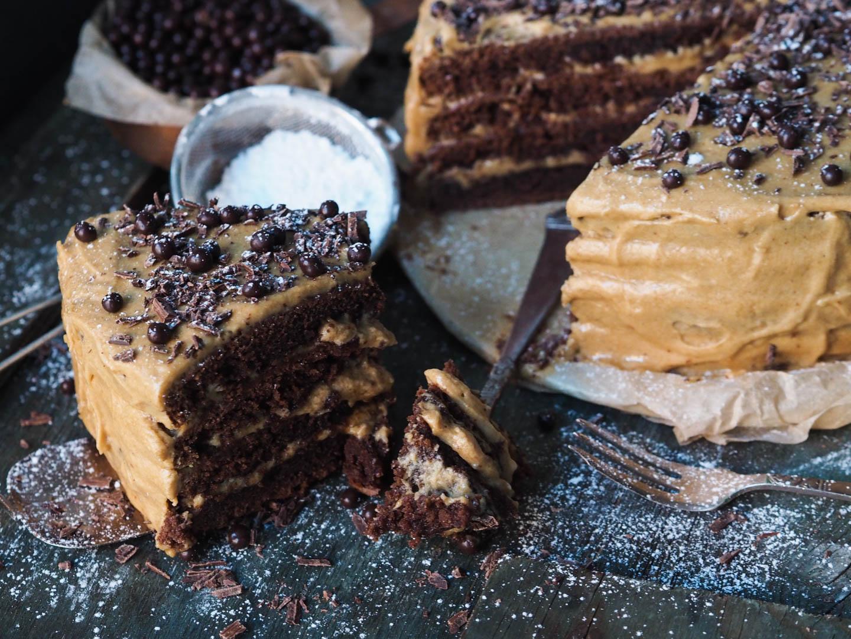 sjokoladekake-med-kaffe-og-karamellglasur_pa290727